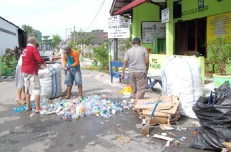 Jelang Ramadhan, Warga Manggar Bersih-Bersih Lingkungan