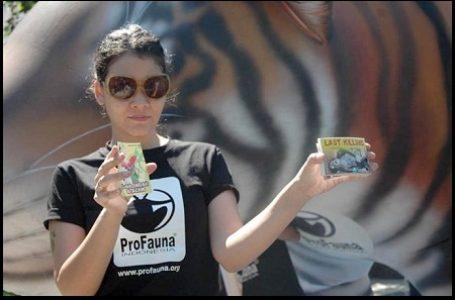 """Melanie Subono Say """"NO"""" to Plastic"""