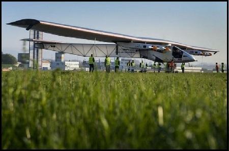 Pesawat Bertenaga Surya Pecahkan Rekor Terbang Dunia
