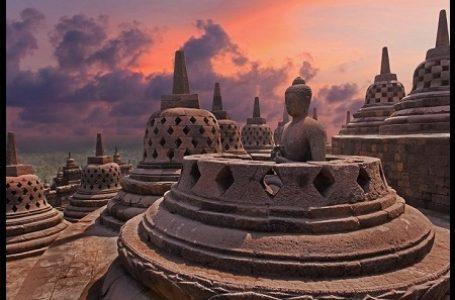 Hindari Bahaya Bahan Kimia, Kini Candi Borobudur Dibersihkan Secara Manual