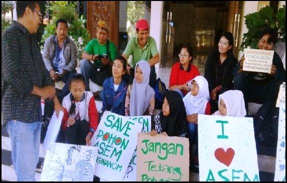 Aktivis Lingkungan Demo di Depan Kantor Gubernur Jatim