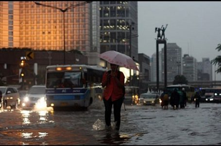 Ilusrasi gambar, warga melintasi genangan air di kawasan Bunderan Hotel Indonesia, Jakarta (Gambar: Eko Siswono Toyudho/TEMPO)