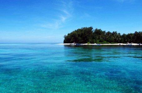 Tampak dari jauh suasana pantai Pulau Kapoposang dengan air lautnya yang jernih (Gambar: travelmatekamu)