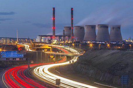 Pembangkit listrik, di Ferrybridge, Yorkshire, bersama dengan mesin mobil, nanopartikel rilis termasuk magnetit, yang sekarang telah ditemukan di otak manusia dan dapat dikaitkan dengan Alzheimer (gambar: iStock)