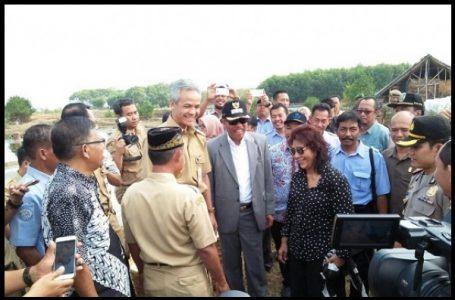 Menteri Kelautan dan Perikanan Susi Pudjiastuti didampingi Gubernur Jateng Ganjar Pranowo melakukan kunjungan kerja di Desa Kedung Malang, Kecamatan Kedung, Jepara, Jawa Tengah (Gambar: Mongabay)