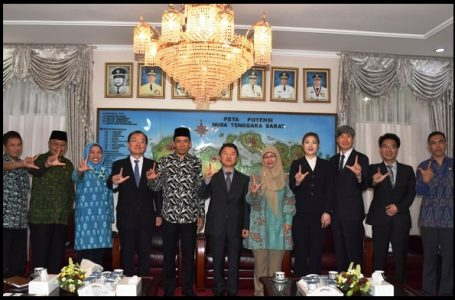 Gubernur Nusa Tenggara Barat, Dr. TGH.M.Zainul Majdi menerima kunjungan President National Institute Of Forest Science (Nifos) Republik Korea, Mr. Dr. Nam Sung Hyun beserta rombongan di ruang kerjanya. Senin (28/11). (Gambar: Seputar NTB)