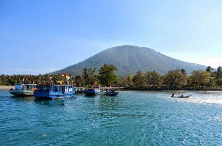 Salah satu pemandangan yang disuguhkan pulau Sebesi untuk Anda penikmat laut biru (Gambar: Kabatour)