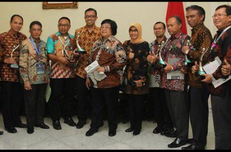 Menteri LHK Siti Nurbaya Bakar bersama penerima penghargaan perusahaan yang meraih Proper Hijau, di Jakarta, Rabu (7/12). (Gambar : Merdeka.com)