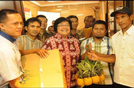 Menteri Lingkungan Hidup dan Kehutanan (Tengah) Bersama dengan Perwakilan beberapa Kelompok Tani Hutan dari Pulau Jawa. (Gambar: KLHK)