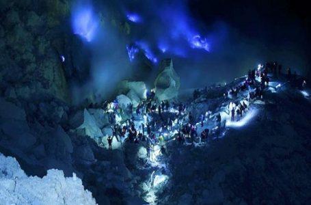 "Wisatawan Membanjiri Kawah Saat Dini Hari untuk Menyaksikan ""Blue Fire."" (Gambar: travel.kompas.com)"