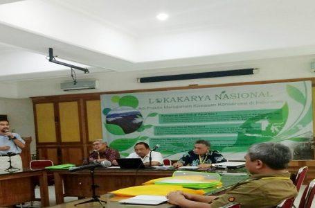 Dr. Rinekso Soekmadi (Dekan Fahutan IPB) Sedang Memberikan Sambutan Bersama Diantaranya Beberapa Para Narasumber Lokakarya di Ruang Sidang Silva, Fahutan IPB. (Gambar: Iswanto)