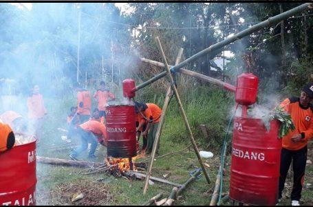 Pengolahan Limbah Hasil Penyiapan atau Pembukaan Lahan Menjadi Cuka Kayu oleh Manggala Agni Daops Katapang, Kalimantan Barat. (Gambar: Direktorat Jenderal Pengendalian Perubahan Iklim)