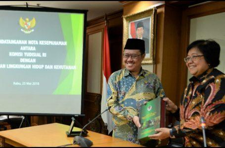 Menteri LHK, Siti Nurbaya dan Ketua Komisi Yudisial (KY) Aidul Fitriciada Azhari menandatangani nota kesepahaman dalam memperbaiki proses peradilan perkara lingkungan dan kehutanan (Gambar: Republika)