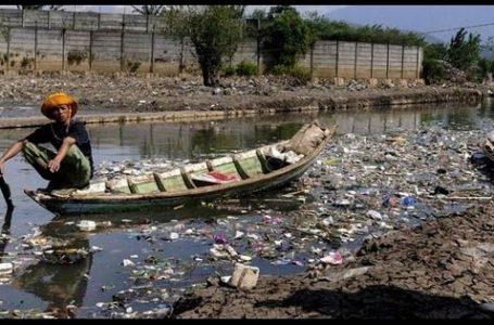 Potret Sungai Citarum yang tercemari oleh banyaknya sampah (Gambar: Wikipedia)