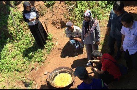 Proses pembuatan gula semut aren masyarakat Dusun Mare-Mare, Barru didampingi oleh fasilitator, PLN, TLKM, dan Halal Center Unhas (Gambar: Azhari/TLKM)