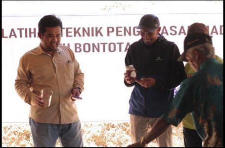 Ir. Nurdin Dalya, S.Hut., M.Hut, IPP saat memberikan materi terkait pengembangan pengusahaan madu hutan di Desa Pattanyamang {Gambar: Istimewa}