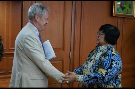Siti Nurbaya Bakar dan Stephen Rudgard dalam pertemuan untuk melakukan kerja sama pengendalian perubahan iklim di Jakarta, Senin (04/11/2019) (Gambar: Humas KLHK)