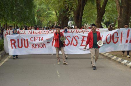 Massa aksi berjalan menuju titik aksi (Sumber: Twitter Aliansi Unhas Bersatu)