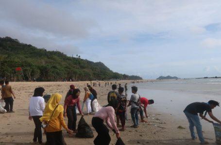 [:en]Kegiatan bersih pantai mingguan oleh Tim EcoRanger dan wisatawan di Pantai Pulau Merah Banyuwangi (Foto: Greeneration Foundation)[:]