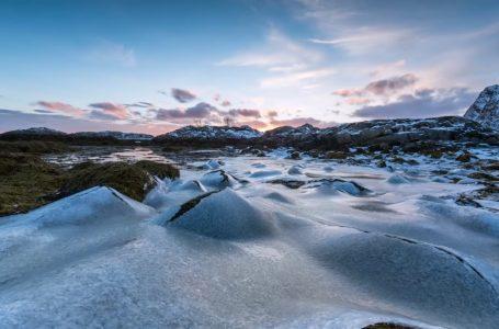 [:en]Tundra di Arktika. (Foto dari tangkapan layar klip film Permafrost-Climate Emergency-Feedback Loops)[:]